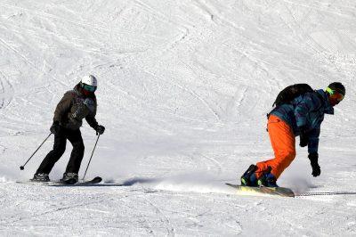 lyžaři